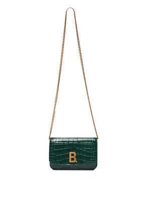 حقيبة صغيرة مزينة بحلية شعار حرف B وسلسلة