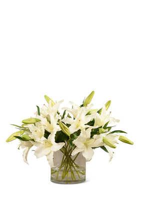 زهور زنبق صناعية في مزهرية زجاجية