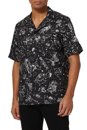 قميص بأكمام قصيرة وطبعة أبراج فلكية