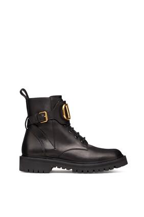 حذاء بوت فالنتينو غارافاني بتصميم عسكري وشعار V