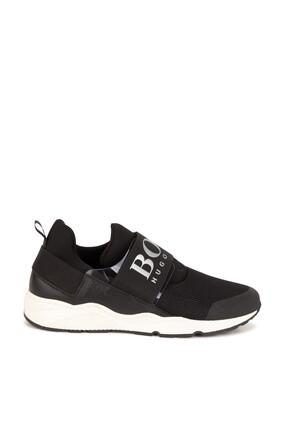 حذاء رياضي أسود بشعار الماركة