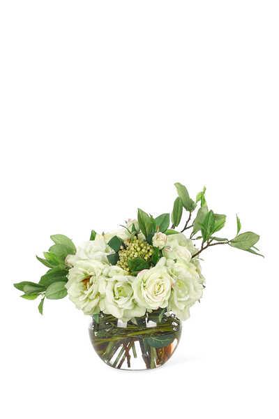 باقة ورود بيضاء في مزهرية زجاجية كروية