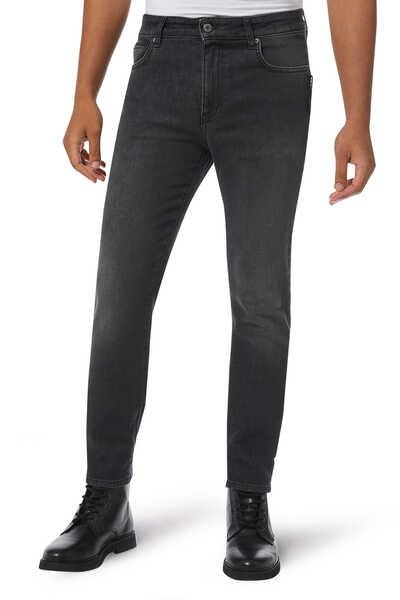 بنطال جينز دينم برقعة كبيرة بشعار الماركة